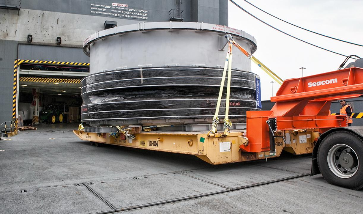 Giant drum transported on customised double wide rolltrailer