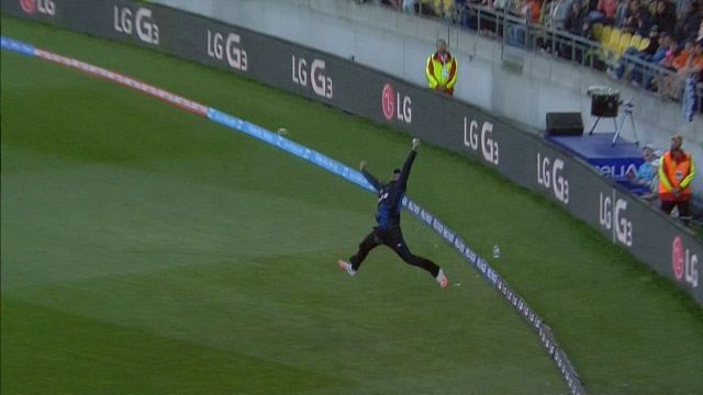 Daniel Vettori's amazing one-handed catch at World Cup