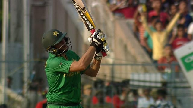 Shahid Afridi hits a huge Six!